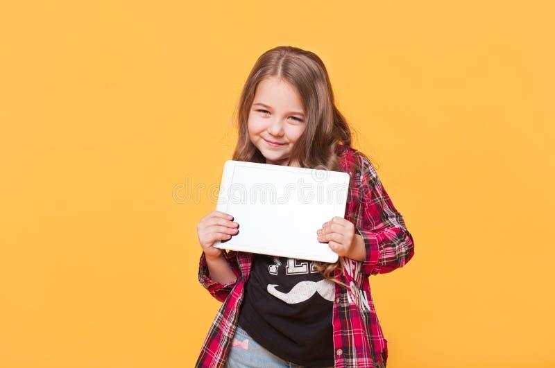 Niño lindo elegante con la tableta imagen de archivo