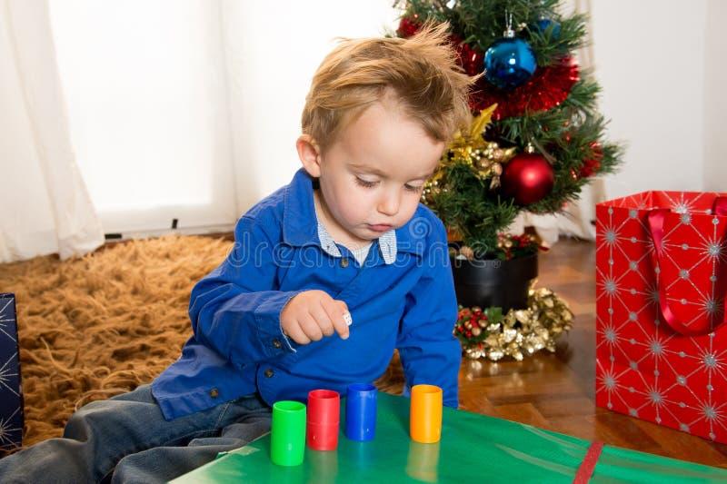 Niño lindo feliz que juega en la Navidad fotografía de archivo libre de regalías