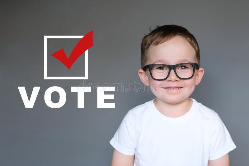 Niño lindo que anima a otros que se registren y voten foto de archivo libre de regalías