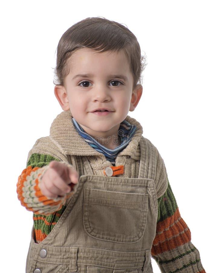 Niño lindo que señala en la cámara