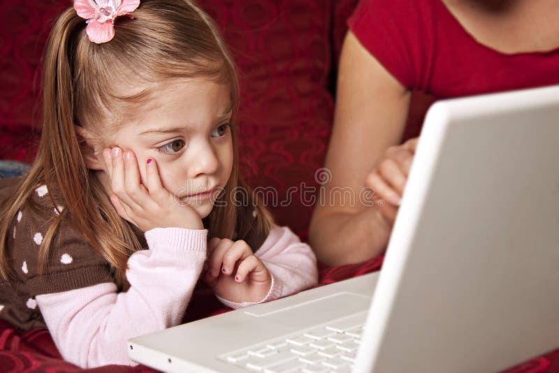 Niño lindo que usa el ordenador portátil imagen de archivo libre de regalías