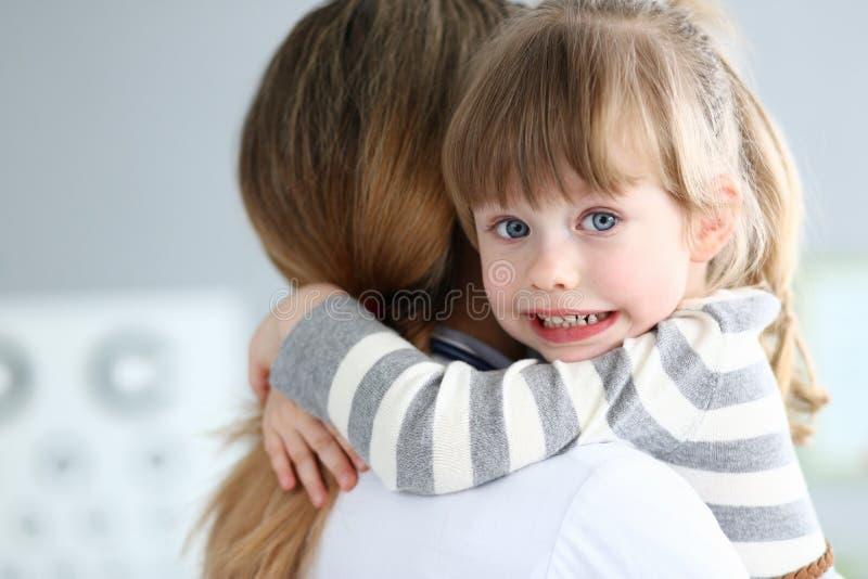 Niño lindo sonriente con el doctor imagenes de archivo