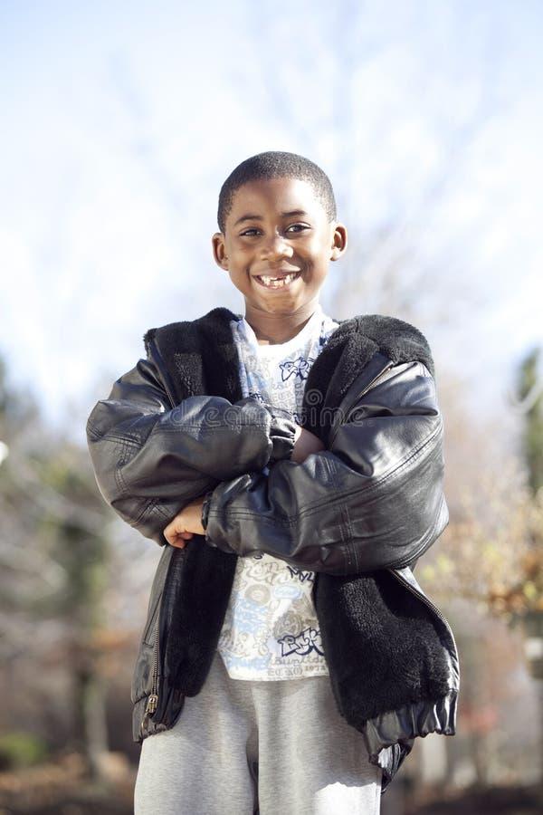 Niño masculino del afroamericano que juega al aire libre imágenes de archivo libres de regalías