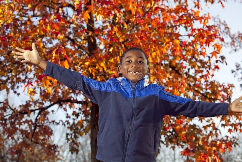 Niño masculino del afroamericano que juega al aire libre foto de archivo libre de regalías