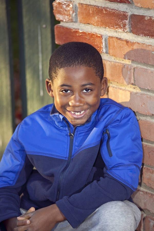 Niño masculino del afroamericano que juega al aire libre imagen de archivo