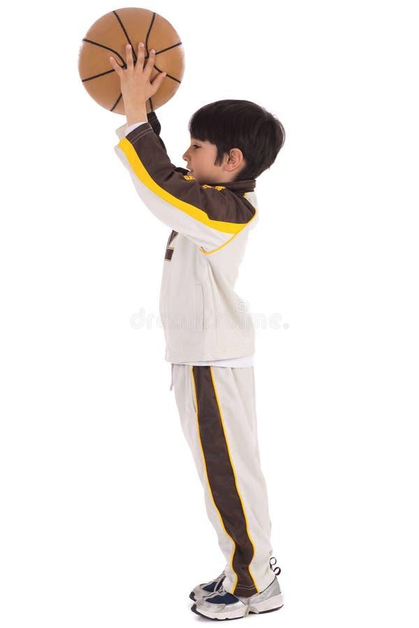 Niño mientras que lanza el baloncesto foto de archivo libre de regalías