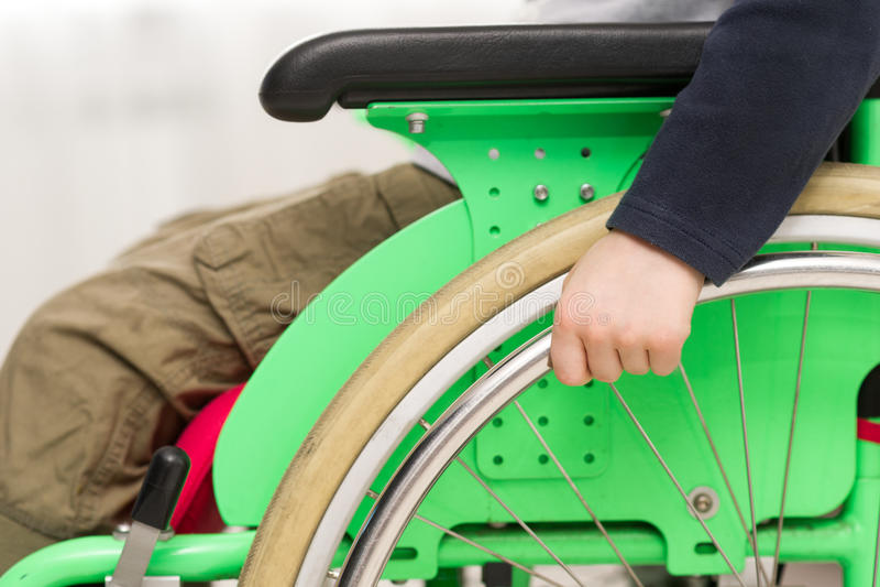 Niño minusválido en la silla de ruedas fotografía de archivo libre de regalías