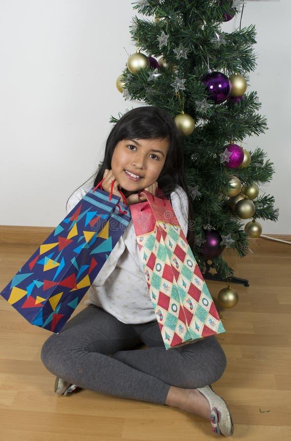 Niño moreno atractivo de la muchacha feliz foto de archivo libre de regalías