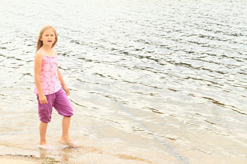 Download Niño - muchacha en un lago imagen de archivo. Imagen de niño - 42437673