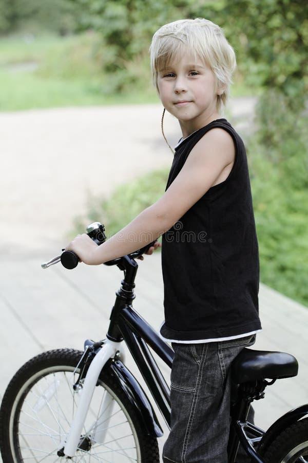Niño, muchacho y bicicleta lindos imagen de archivo libre de regalías