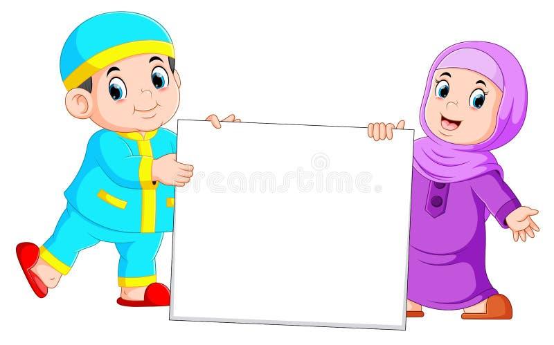 Niño musulmán feliz que lleva a cabo la muestra en blanco ilustración del vector
