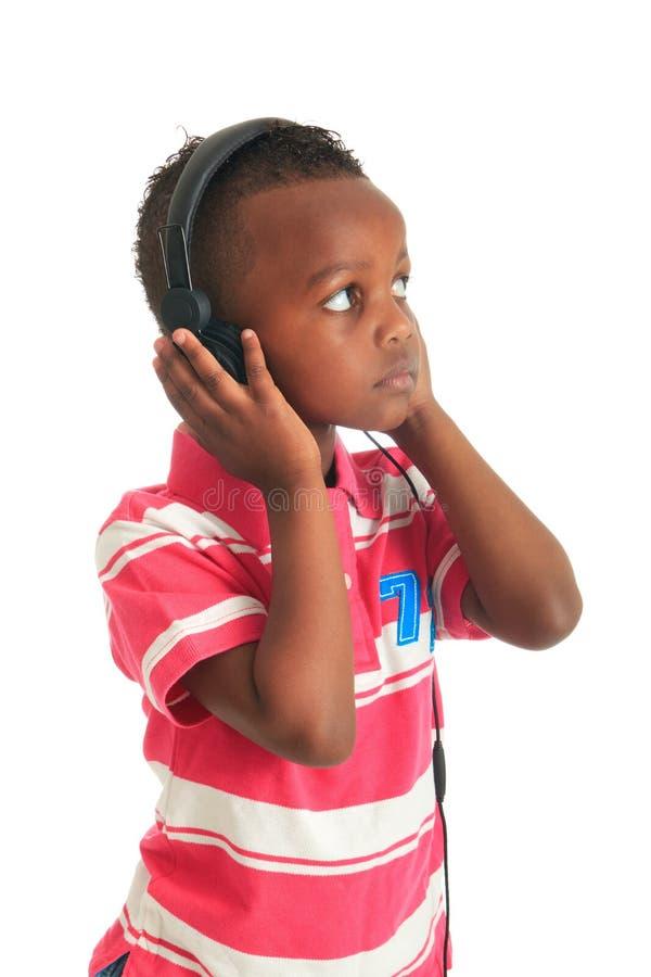 Niño negro del afroamericano que escucha la música 1 imagen de archivo