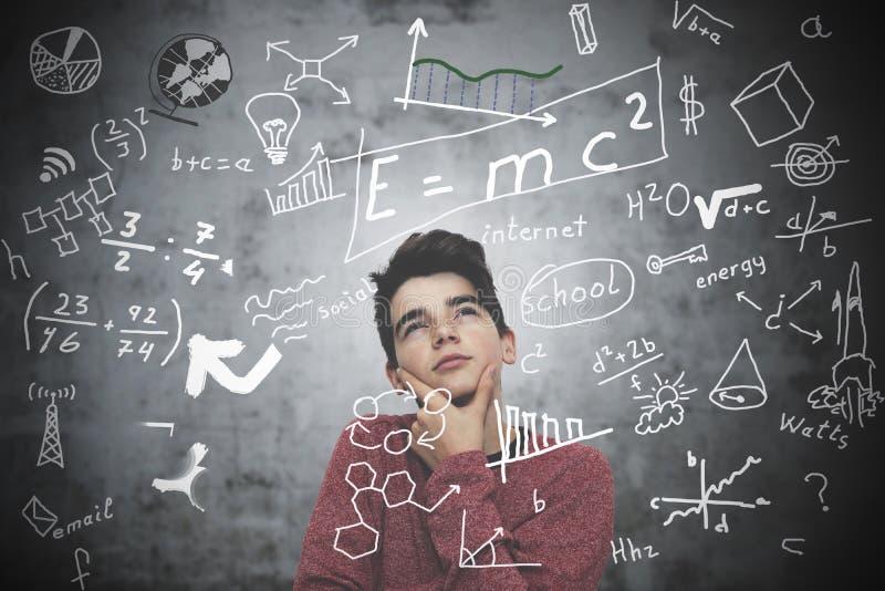 Niño o adolescente pensativo con fórmulas imagen de archivo libre de regalías