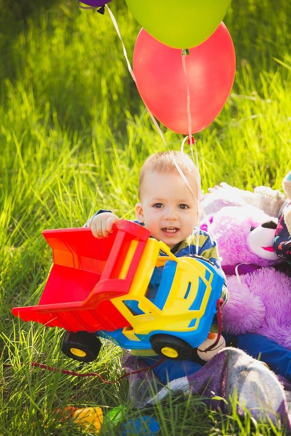 Niño pequeño adorable que juega el camión del juguete imagen de archivo