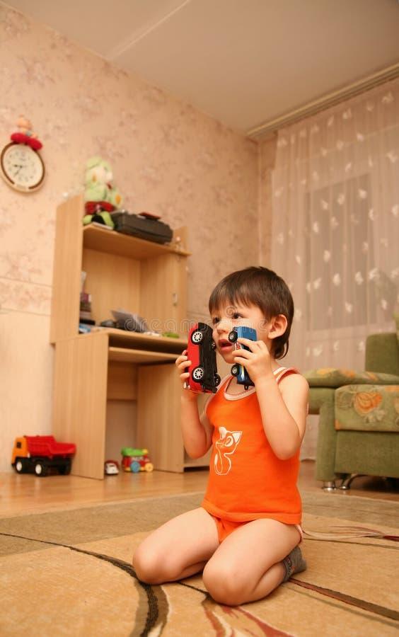 Niño pequeño asombroso en el suelo foto de archivo libre de regalías
