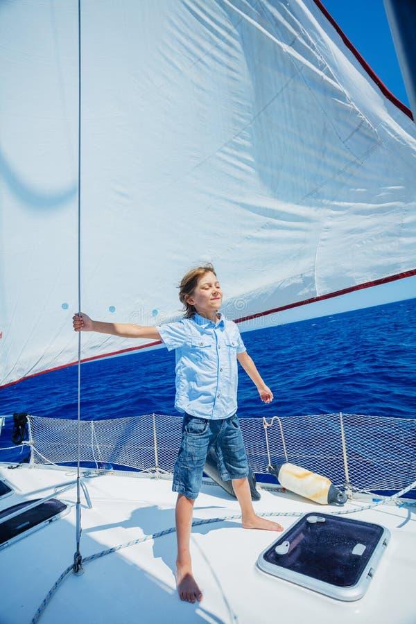 Niño pequeño a bordo del yate de la navegación en travesía del verano Aventura del viaje, navegando con el niño el vacaciones de  imagenes de archivo
