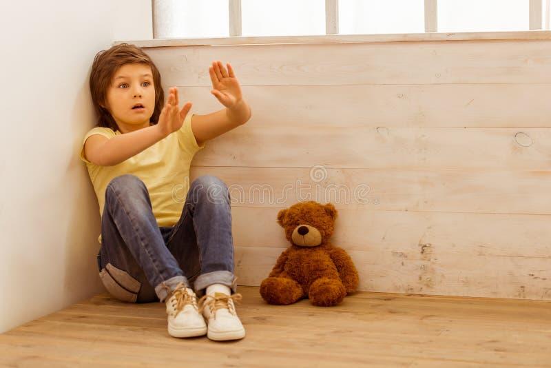 Niño pequeño castigado foto de archivo libre de regalías