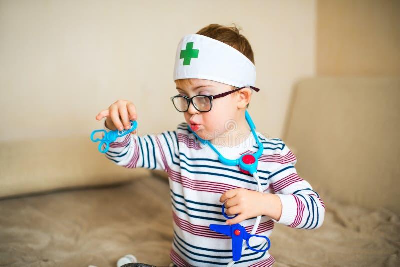 Niño pequeño con amanecer del síndrome fotos de archivo