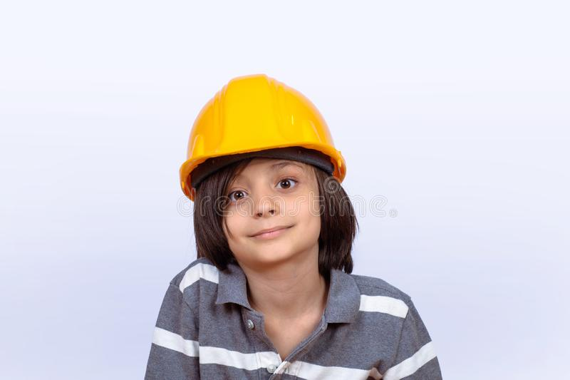 Niño pequeño con el casco de la construcción imagen de archivo libre de regalías