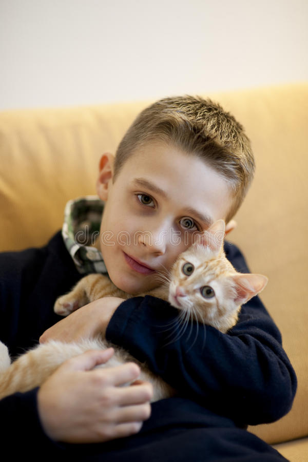 Niño pequeño con el gato imagen de archivo