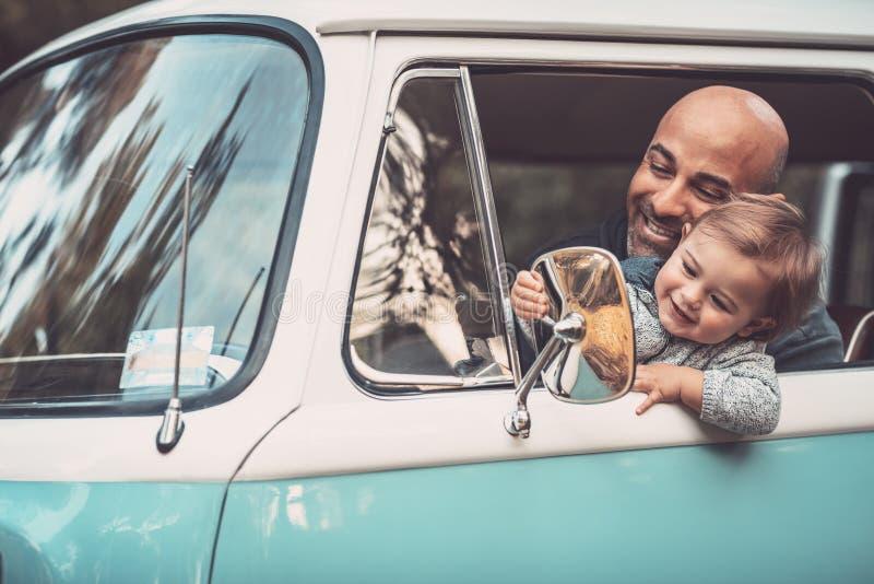 Niño pequeño con el padre en el coche imagen de archivo libre de regalías