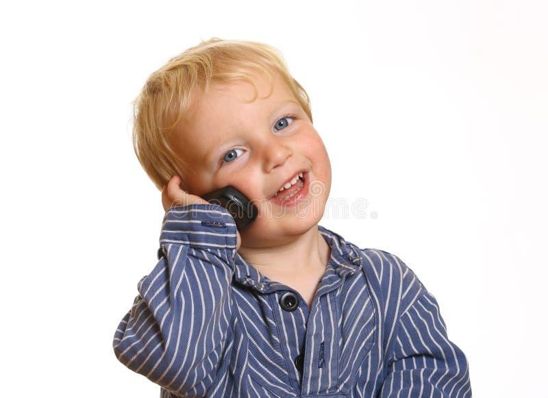 Niño pequeño con el teléfono celular fotos de archivo