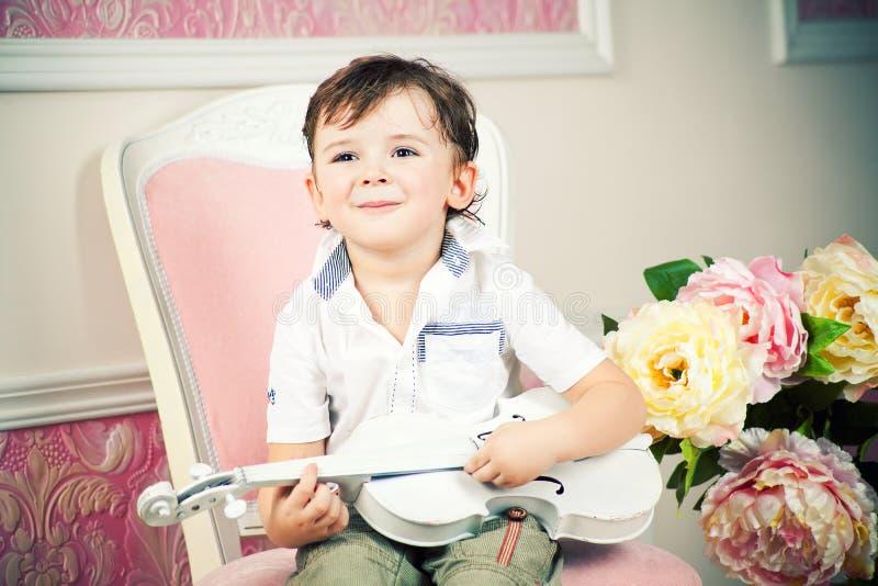 Niño pequeño con el violín imagenes de archivo