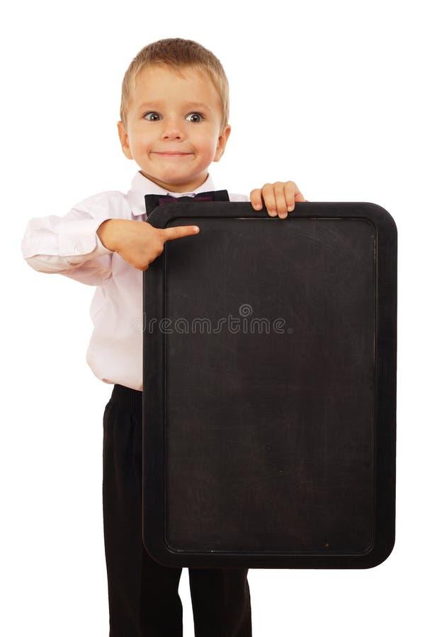 Niño pequeño con la pizarra vacía fotos de archivo