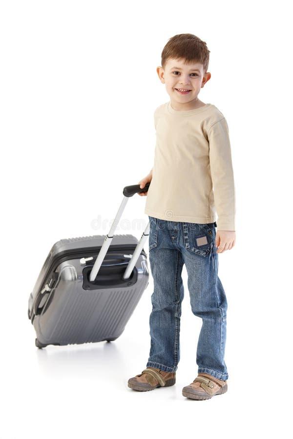Niño pequeño con la sonrisa de la maleta foto de archivo libre de regalías
