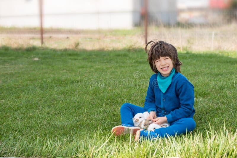 Niño pequeño con los conejos fotos de archivo