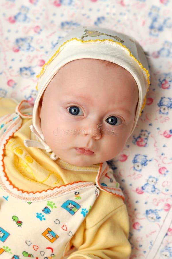 Niño pequeño con los ojos azules grandes foto de archivo libre de regalías