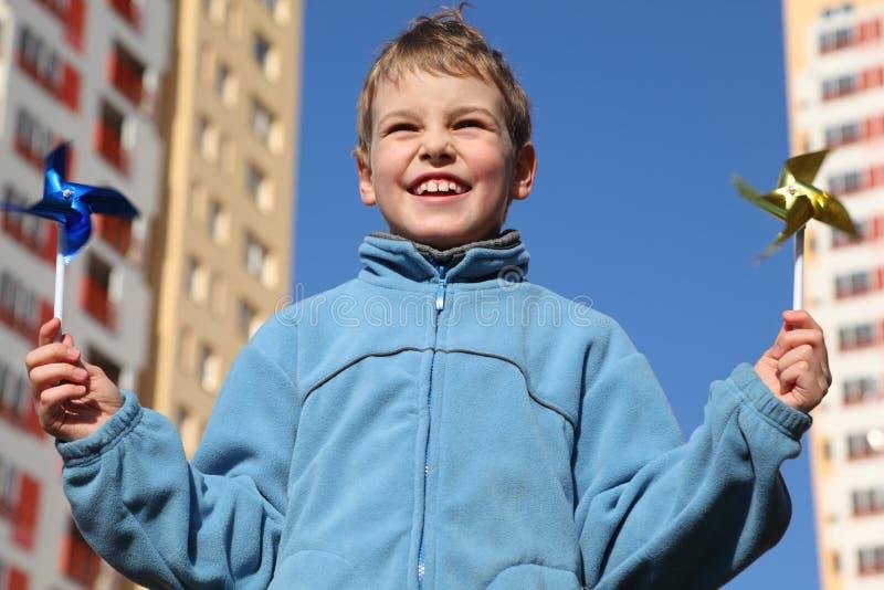 Niño pequeño con los pinwheels en sus manos fotografía de archivo