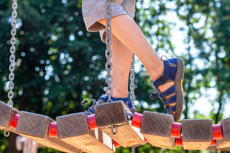 Niño pequeño con sandalia que camina sobre el puente fotos de archivo libres de regalías
