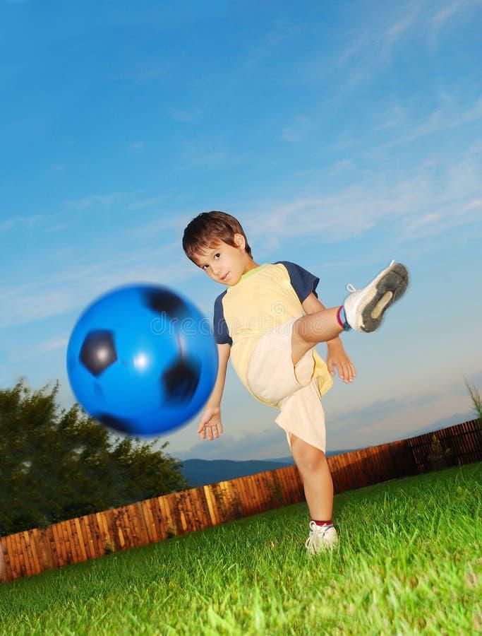 Niño pequeño con su bola fotos de archivo