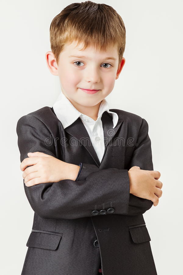 Niño pequeño con sus brazos doblados fotografía de archivo