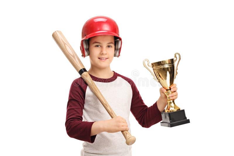 Niño pequeño con un bate de béisbol y un trofeo de oro fotos de archivo