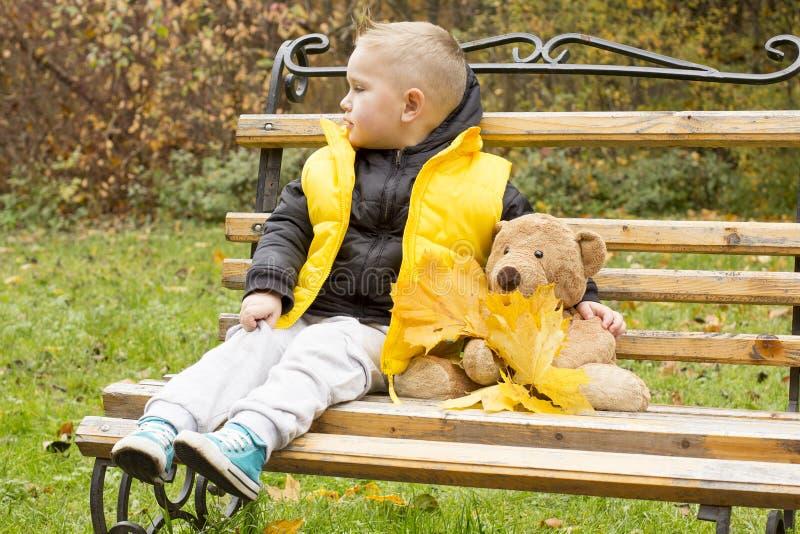 Niño pequeño con un juguete imagen de archivo
