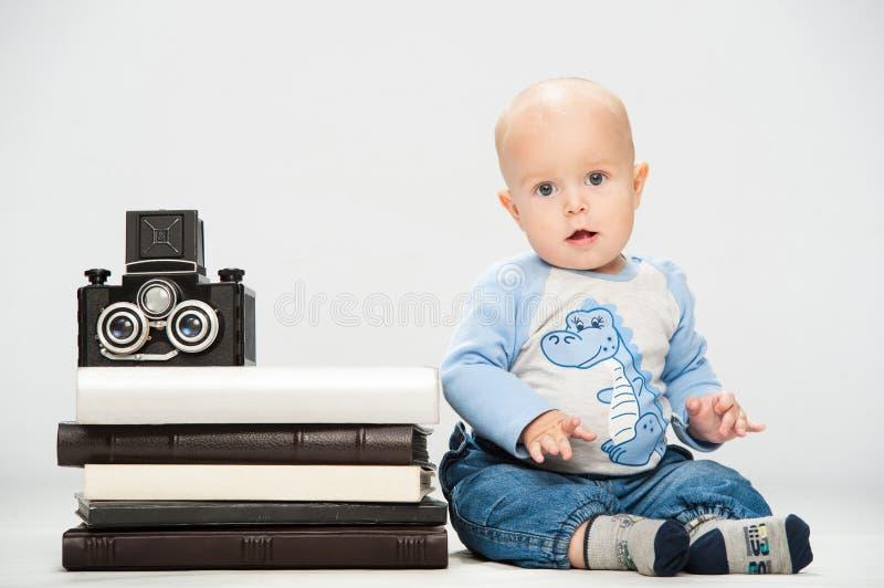 Niño pequeño con una cámara de la película fotografía de archivo