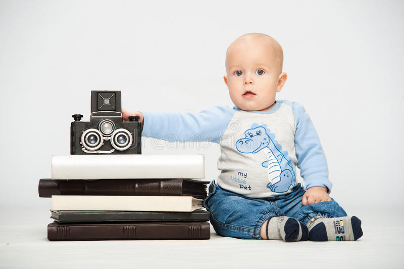Niño pequeño con una cámara de la película imagen de archivo