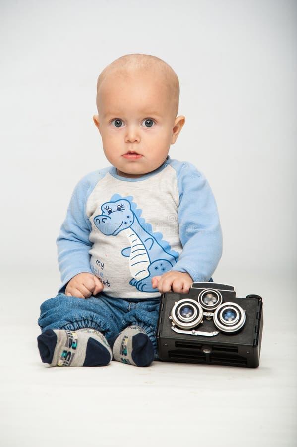 Niño pequeño con una cámara de la película imagenes de archivo