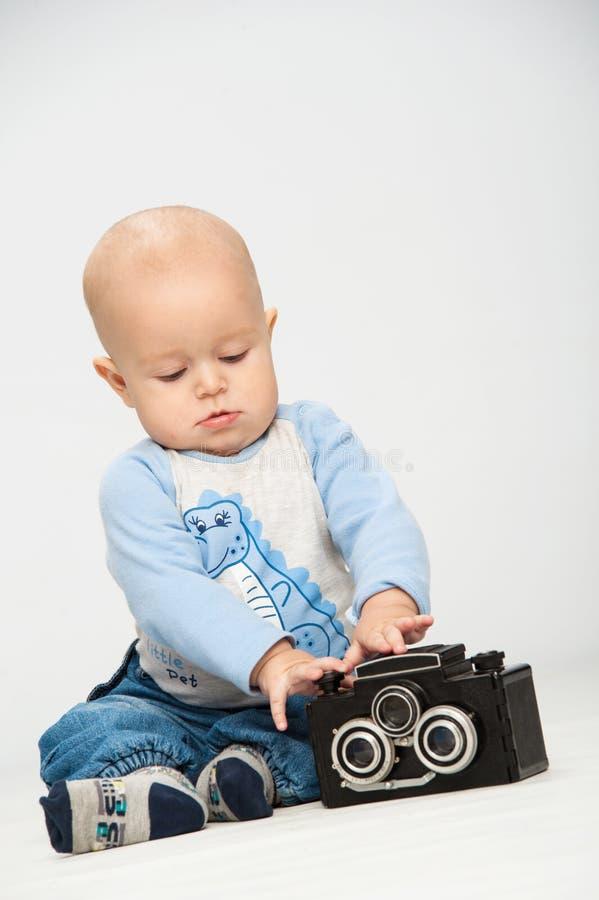 Niño pequeño con una cámara de la película foto de archivo libre de regalías