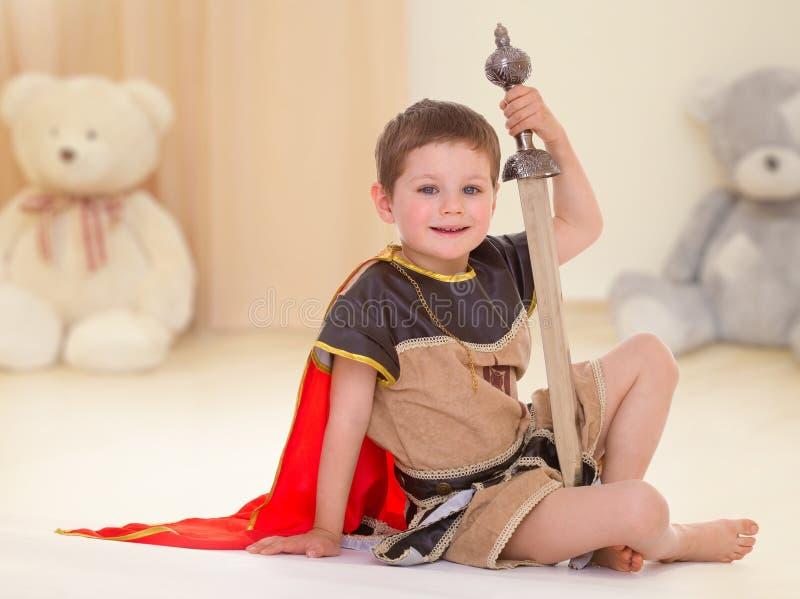 Niño pequeño con una espada fotografía de archivo libre de regalías