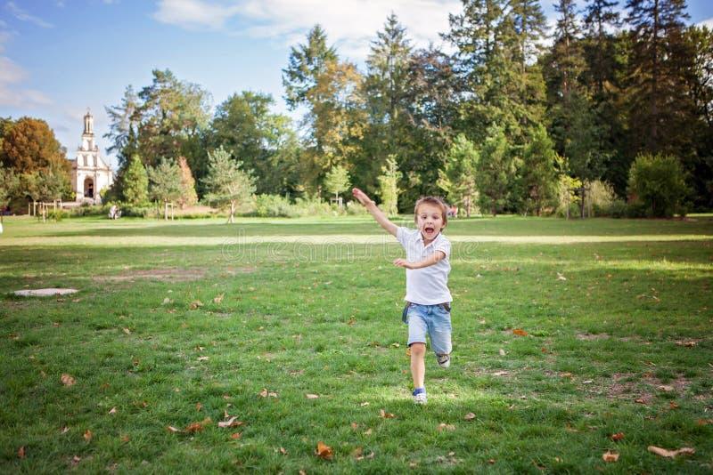 Niño Pequeño, Corriendo Feliz En Un Césped En El Parque