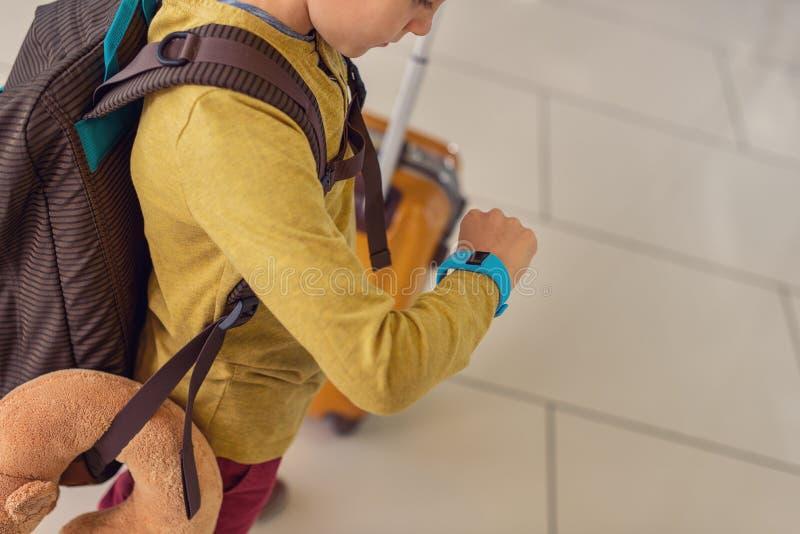 Niño pequeño de Adoralbe en el aeropuerto foto de archivo
