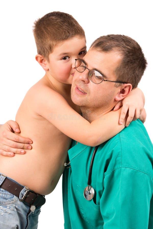 Niño pequeño de examen del doctor en hospital foto de archivo