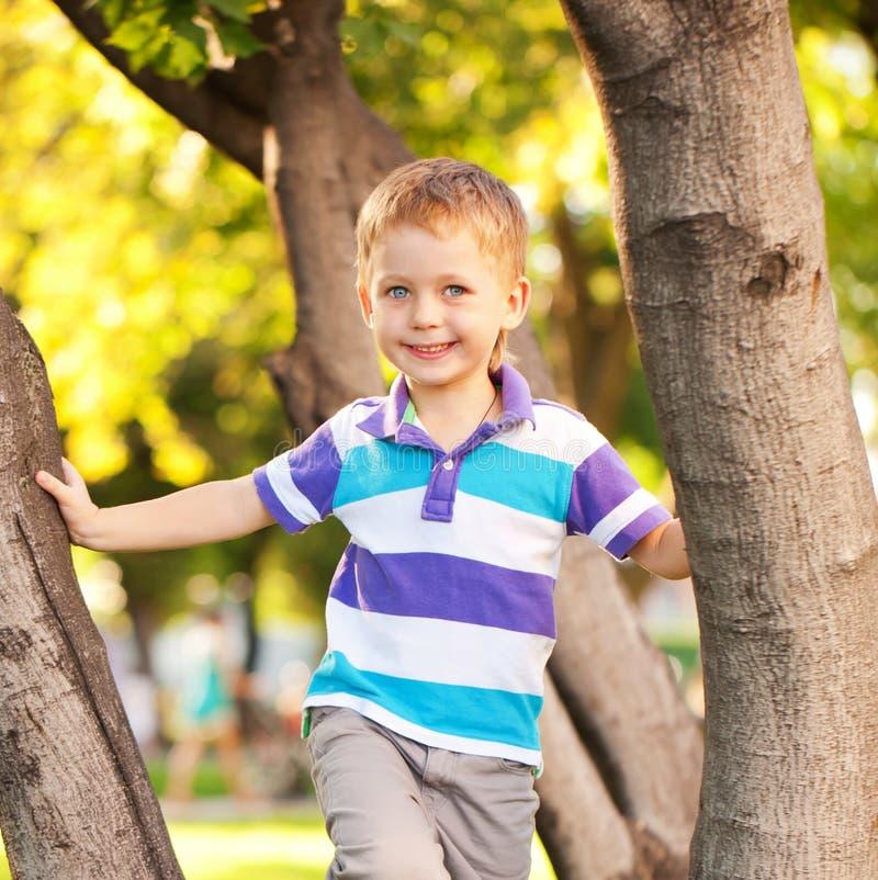 Niño pequeño de ojos azules feliz foto de archivo libre de regalías