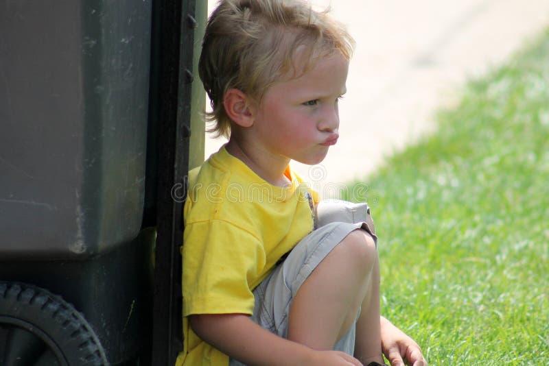 Niño pequeño de Pouty imagen de archivo
