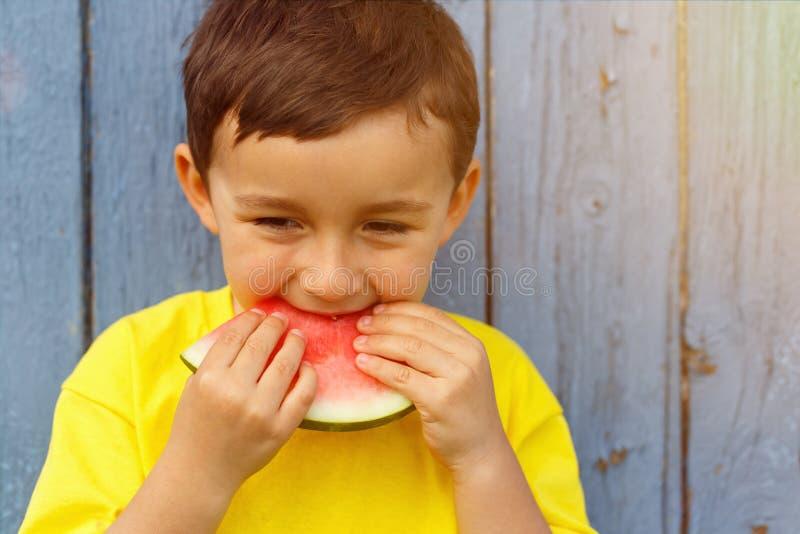 Niño pequeño del niño del niño de la sandía del verano que come el balneario de la copia del copyspace fotografía de archivo