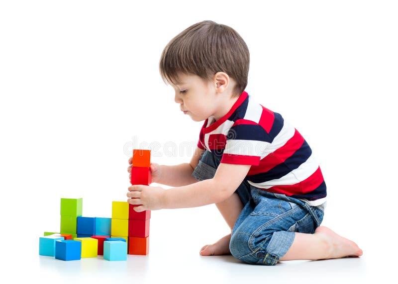 Niño pequeño del niño que juega en piso imagen de archivo