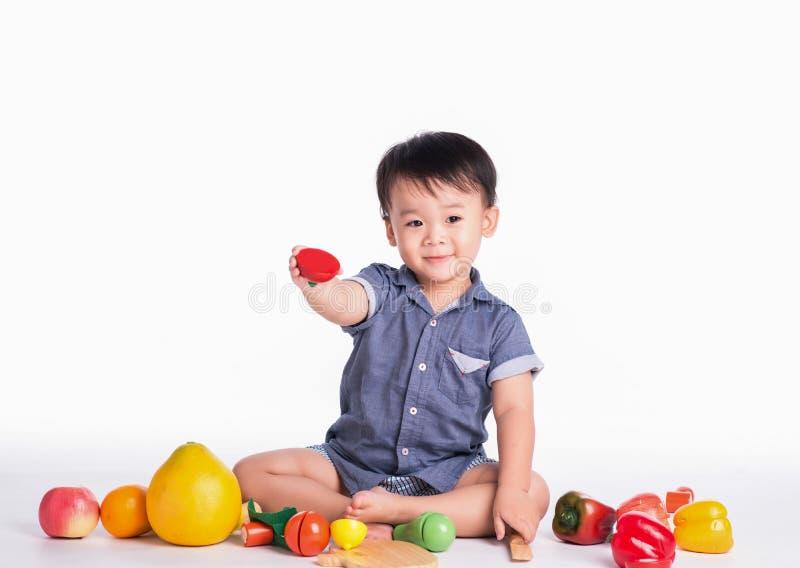 Niño pequeño del niño que juega en piso fotos de archivo